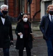 Kristinn Hrafnsson och Joseph A Farrell från Wikileaks, anländer till domstolen i London tillsammans med Assanges flickvän Stella Moris, i mitten.  Matt Dunham / TT NYHETSBYRÅN