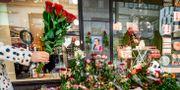 Blomhav utanför Åhléns på årsdagen av dådet. Claudio Bresciani/TT / TT NYHETSBYRÅN
