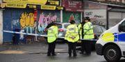 Poliser vid platsen där skottlossningen ägde rum.  OLI SCARFF / AFP