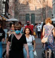 Människor med och utan ansiktsskydd i Strasbourg. Jean-Francois Badias / TT NYHETSBYRÅN