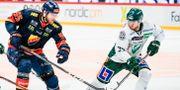 Djurgårdens Alexander Urbom och Färjestads Michael Lindqvist under tisdagens ishockeymatch. Erik Simander/TT / TT NYHETSBYRÅN