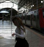 Nästan tom järnvägsstation i Lissabon.  Armando Franca / TT NYHETSBYRÅN