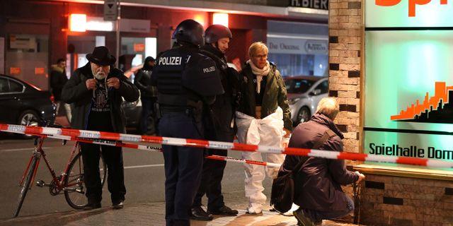 Polisens tekniker i Hanau. KAI PFAFFENBACH / TT NYHETSBYRÅN