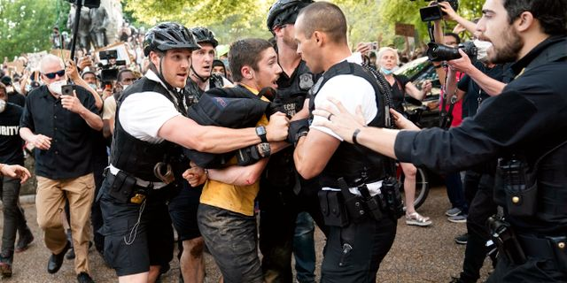 Demonstranter utanför Vita huset i Washington D.C. Evan Vucci / TT NYHETSBYRÅN