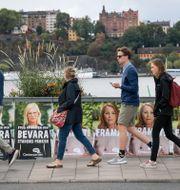 Illustrationsbild. Personer går förbi valaffischer från Centerpartiet inför valet 2018.  Janerik Henriksson/TT / TT NYHETSBYRÅN