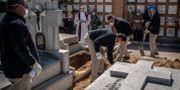 Ett offer för coronasmittan begravs i Madrid. Olmo Calvo / TT NYHETSBYRÅN