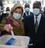Alassane Ouattara med sin fru och Josep Borrell.  TT
