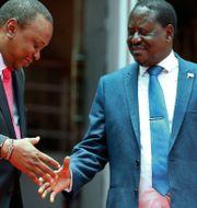 Kenyas president Uhuru Kenyatta och oppositionsledaren Raila Odinga skakar hand. Brian Inganga / TT / NTB Scanpix