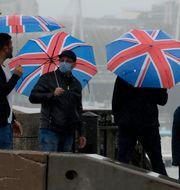 Människor med munskydd i London. Matt Dunham / TT NYHETSBYRÅN