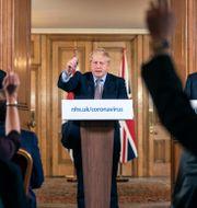 Boris Johnson i mitten. Till vänster Englands chefsläkare Chris Whitty och till höger regeringens vetenskaplige rådgivare Patrick Vallance. Richard Pohle / TT NYHETSBYRÅN