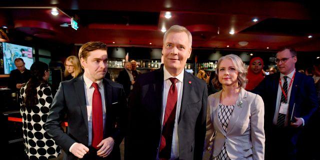 Antti Rinne (mitten) tillsammans med sin fru Heta Ravolainen-Rinne och partiets kommunikationschef Dimitri Qvintus.  Antti Aimo-Koivisto / TT NYHETSBYRÅN/ NTB Scanpix