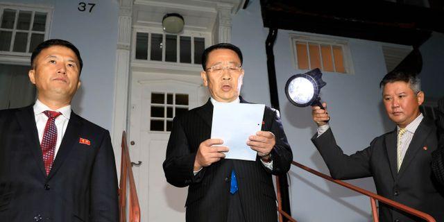 Nordkoreas chefsförhandlare Kim Myong Gil (mitten) utanför landets ambassad i Stockholm lördagen den femte oktober.  TT NYHETSBYRÅN