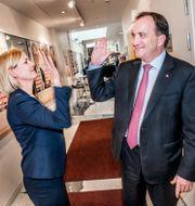 Finansminister Magdalena Andersson och statsminister Stefan Löfven gör en high five.  Tomas Oneborg/SvD/TT / TT NYHETSBYRÅN