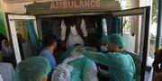 En skadad person placeras i ambulansen efter dagens attack. WAKIL KOHSAR / AFP