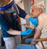 88-årige Gösta Pettersson i Sollentuna vaccinerar sig med Pfizers vaccin. Fredrik Sandberg/TT / TT NYHETSBYRÅN