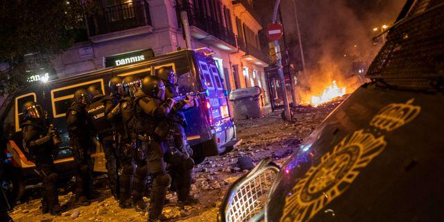 Polisen under oligheterna i Barcelona under natten mot lördag. Bernat Armangue / TT NYHETSBYRÅN