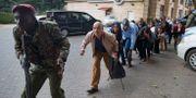 Civila evakueras från hotellet. Ben Curtis / TT NYHETSBYRÅN