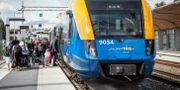 Resenärer kliver ombord på tåg. Helena Landstedt/TT / TT NYHETSBYRÅN
