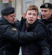 Roman Protasevitj grips under demonstrationer 2017. Sergei Grits / TT NYHETSBYRÅN