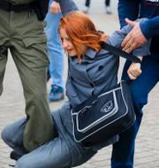 Maria Kolesnikova och en kvinna under en manifestation i Minsk. TT