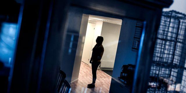 Kvinna som utsatts för hedersförtryck av sina föräldrar och som nu lever under skyddad identitet. Arkivfoto. Pontus Lundahl/TT / TT NYHETSBYRÅN