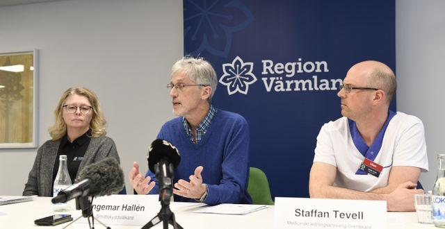 Maria Svensson verksamhetschef, Ingemar Hallén smittskyddsläkare och Staffan Tevell överläkare vid en presskonferens som Region Värmland höll under onsdagen. Tommy Pedersen/ TT / TT NYHETSBYRÅN