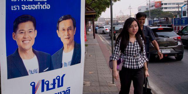 Reklam för Thai Raksa Chart i Bangkok. Gemunu Amarasinghe / TT NYHETSBYRÅN