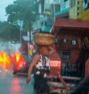 Kvinna i Port-au-Prince under Laura, som då var en tropisk storm. Dieu Nalio Chery / TT NYHETSBYRÅN