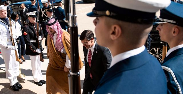 Saudiarabiens vice försvarsminister Khalid bin Salman och USA:s försvarsminister Mark Esper. BRENDAN SMIALOWSKI / AFP