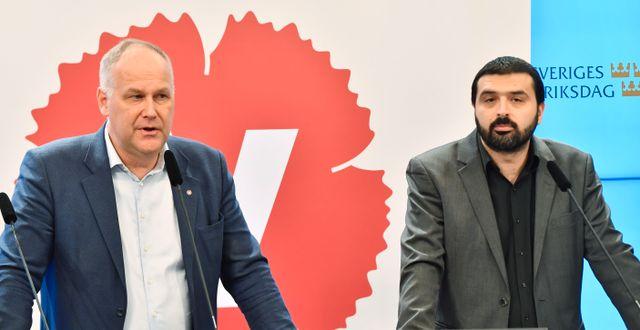 Vänsterpartiets (V) partiledare Jonas Sjöstedt och riksdagsledarmot Ali Esbati i samband med en presskonferens på riksdagens presscenter gällande dagens besked att regeringen beslutar att skjuta på reformeringen av Arbetsförmedlingen. Jonas Ekströmer/TT / TT NYHETSBYRÅN