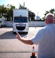 Arkivbild: Lastbilsläraren Graham Bolger vid en uppkörning med eleven Cadhene Lubin-Hewitt, i södra London.  Matt Dunham / TT NYHETSBYRÅN