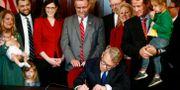 Den republikanske guvernören i Ohio, Mike DeWine skriver under lagförslaget när det först lades fram i april. Fred Squillante / TT NYHETSBYRÅN