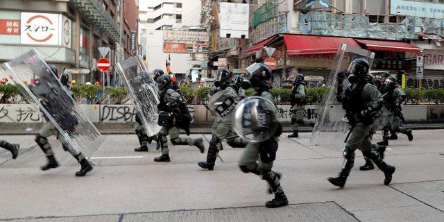 Kravallpolis under protestmarsch i Hongkong. AMMAR AWAD / TT NYHETSBYRÅN