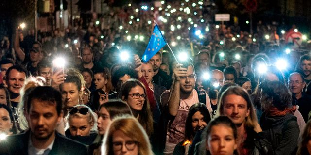 Stora demonstrationer till stöd för den mördade journalisten Ján Kuciak och hans fästmö Martina Kusnirova i Bratislava i mars.   JOE KLAMAR / AFP