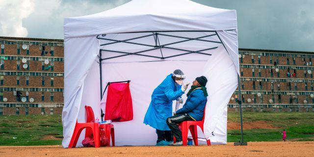 Kvinna i sydafrikanska Johannesburg testas för viruset. Jerome Delay / TT NYHETSBYRÅN