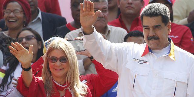 Venezuelas president Nicolás Maduro firar årsdagen av sin ifrågasatta valvinst tillsammans med sin fru Cilia Flores. AP