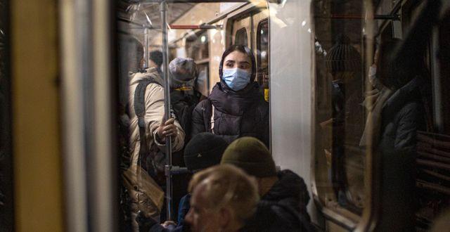 Kvinna i Moskvas tunnelbana, 11 januari 2021. Alexander Zemlianichenko / TT NYHETSBYRÅN