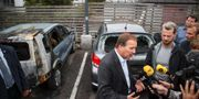Statsminister Stefan Löfven besöker platser för bilbränderna. Henrik Brunnsgård/TT / TT NYHETSBYRÅN