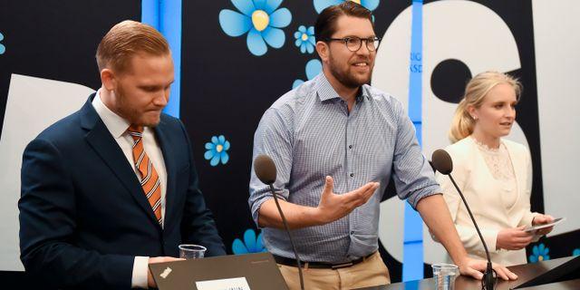 Sverigedemokraternas Henrik Vinge, Jimmie Åkesson och Ebba Hermansson. Hanna Franzén/TT / TT NYHETSBYRÅN