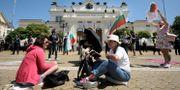 Arkivbild: Protesterande demonstranter sitter utanför det bulgariska parlamentet i huvudstaden Sofia.  Valentina Petrova / TT NYHETSBYRÅN