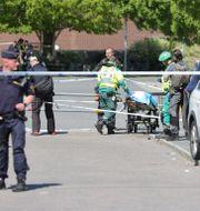 Ambulanspersonal på plats efter skjutningen i Hjällbo. Adam Ihse/TT / TT NYHETSBYRÅN