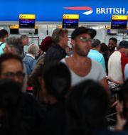 Passagerare på Heathrow i London väntar på att få bli incheckade på sina British Airways-flyg.  NEIL HALL / TT NYHETSBYRÅN
