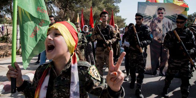 Militärer från Syriska demokratiska styrkorna under en protest Al-Qahtaniya i Syrien med anledning av Turkiets nya offensiv i landet. Baderkhan Ahmad / TT NYHETSBYRÅN
