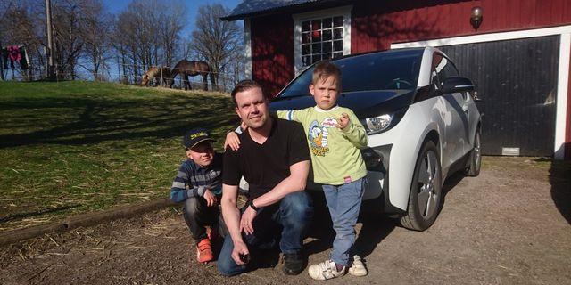 Antti Vähäkari med barnen.