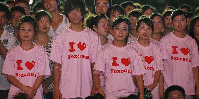 Arbetare vid Foxconn i Shenzhen, södra Kina. Arkivbild. TT