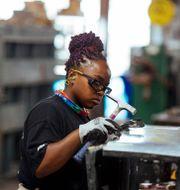 Sheet metal worker Carey Mercer assembles ductwork at Contractors Sheet Metal on Tuesday, Aug. 3, 2021, in New York. Kevin Hagen / TT NYHETSBYRÅN