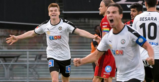 Örebros Nordin Gerzic (th) jublar efter sitt 2-1 mål med bl a Albin Granlund (tv) under lördagens allsvenska fotbollsmatch mellan Örebro och Östersund på Behrn Arena. Conny Sillén/TT / TT NYHETSBYRÅN