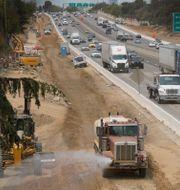 Traffic flows past construction work on eastbound Highway 50 in Sacramento, Calif., Thursday, Aug. 12, 2021. Rich Pedroncelli / TT NYHETSBYRÅN