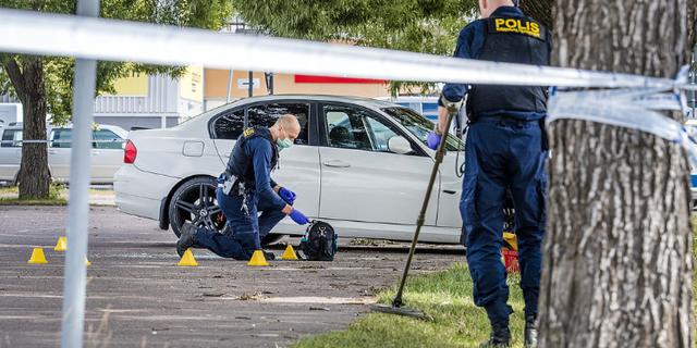 Polisen undersöker brottsplatsen.  TT.
