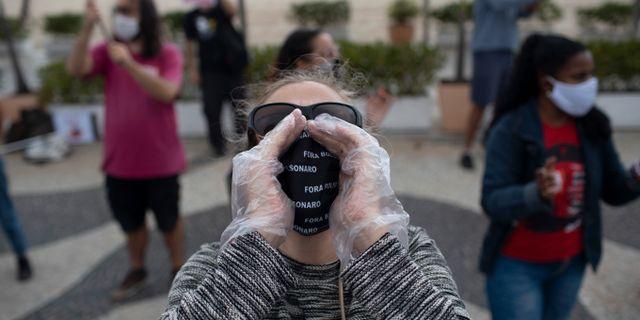 Personer demonstrerar mot Jair Bolsonaro i Rio de Janeiro. Silvia Izquierdo / TT NYHETSBYRÅN